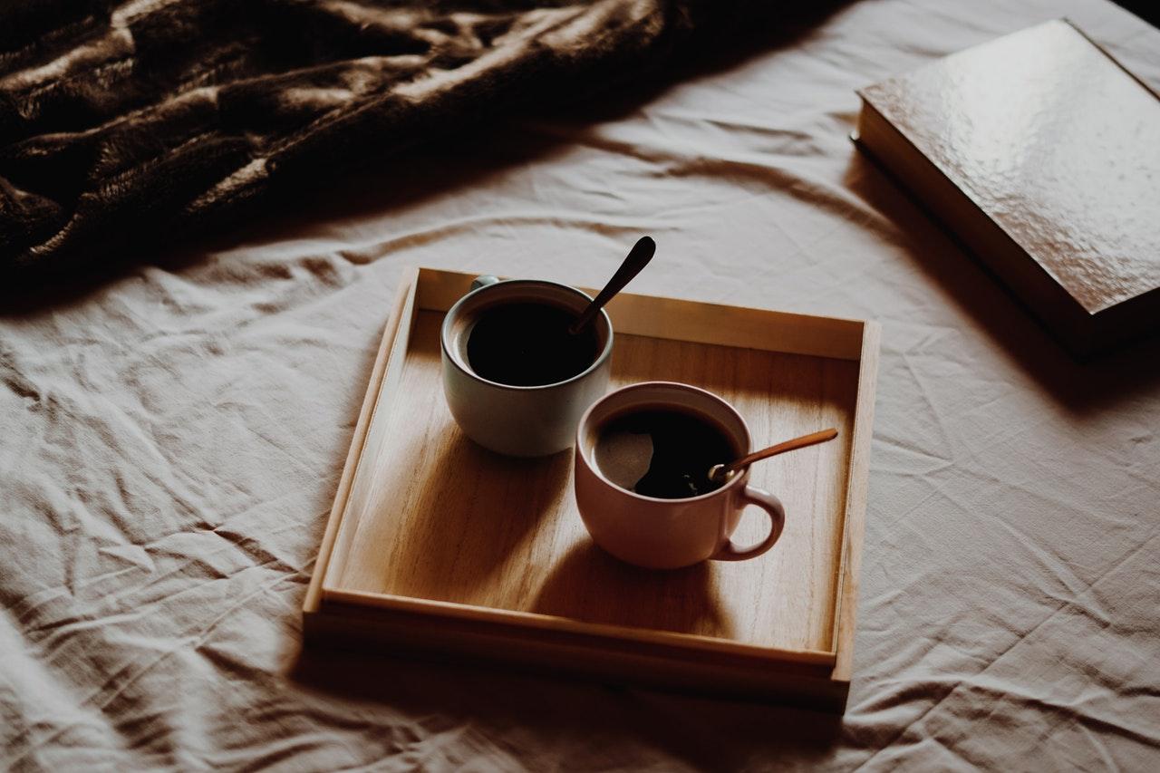Das Knietablett mit Kissen, perfekt für einen gemütlichen Tag im Bett