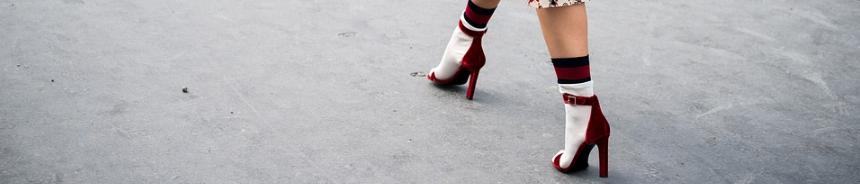 Bunte Socken einer Dame