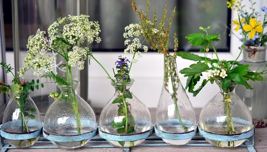 Auch eine Reihe an unterschiedlichen Vasen kann schön aussehen